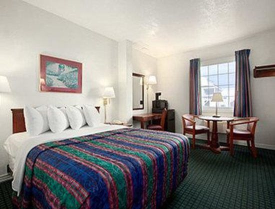 Days Inn Kill Devil Hills Oceanfront - Wilbur: Standard Queen Bedroom