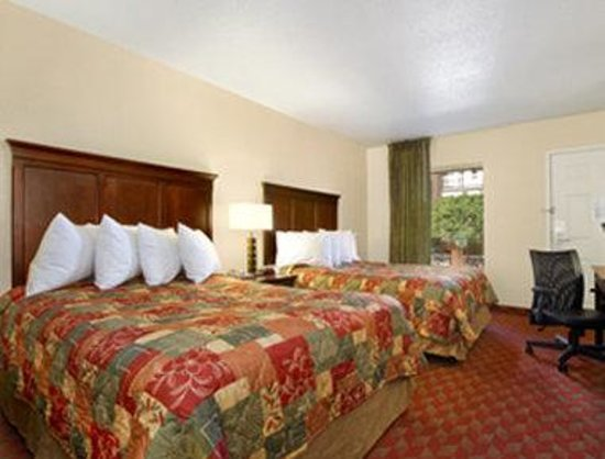 Charleston - Days Inn Historic District : Standard Two Double Bed Room