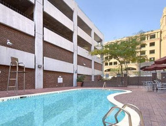 Days Inn Inner Harbor: Outdoor Pool