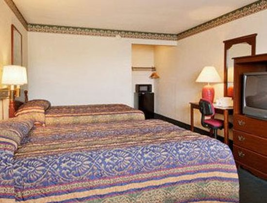 Days Inn Waynesboro: Standard Two Double Bed Room