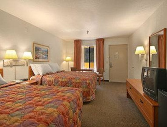 Days Inn Encinitas Moonlight Beach near Legoland: Standard Two Queen Bed Room