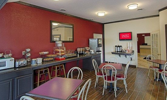 Red Roof Inn Staunton: Breakfast Seating