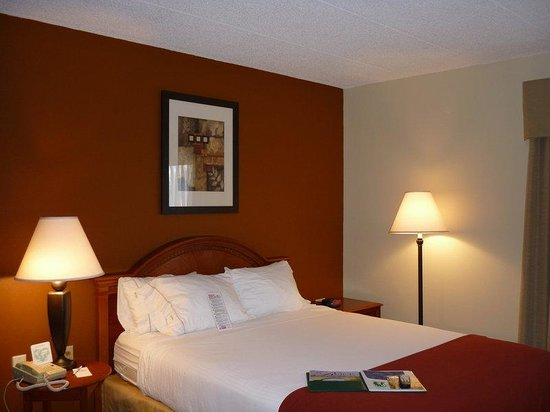 Holiday Inn Express Beloit: Queen Bed Guest Room