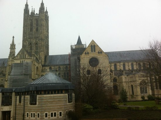 Canterbury Cathedral Lodge: View of Canterbury Cathedral from outside lodge
