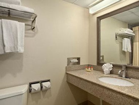 Days Hotel & Conference Center: Bathroom