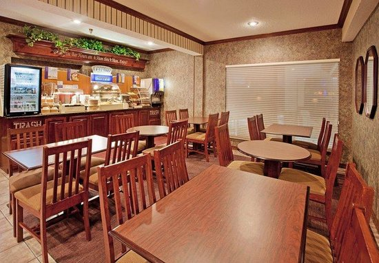 Holiday Inn Express Osage Beach: Breakfast Area