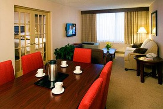 Sheraton Philadelphia University City Hotel: Living-Dining Room area