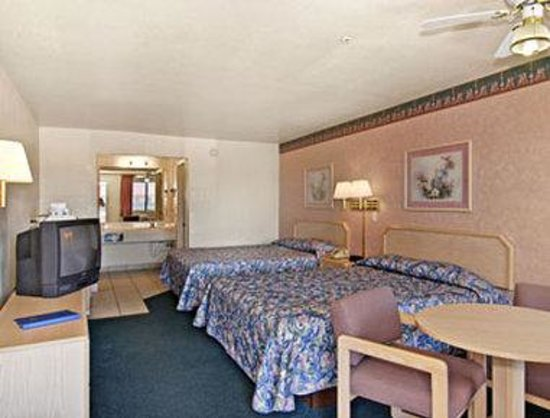 Travelodge Suites Phoenix Mesa: 2 Queen Bed Suite