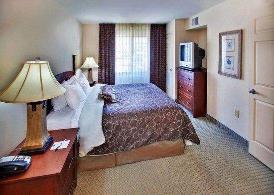 Staybridge Suites Davenport: King Bed Guest Room