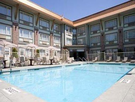 Howard Johnson Suites Victoria: Pool View