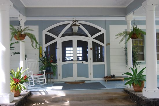 Ka'awa Loa Plantation: Welcoming front doors