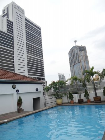 Admiral Suites Bangkok: swimming pool on rooftop