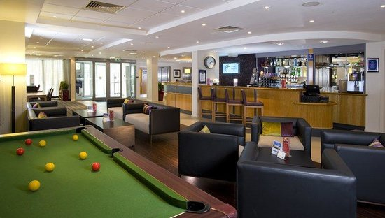 Holiday Inn Express London - Hammersmith: Play pool in the bar and lounge