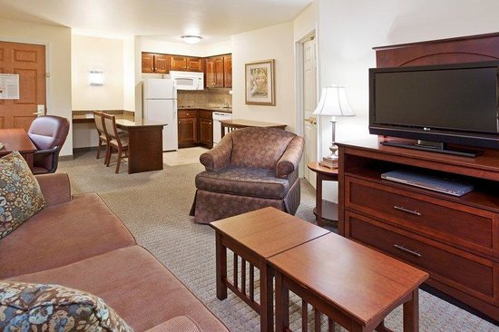 Staybridge Suites Akron-Stow-Cuyahoga Falls: Suite