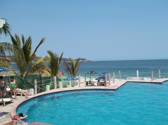 Villa Blanca Huatulco: Beach club across from hotel (free)