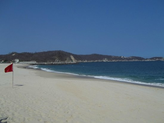 Villa Blanca Huatulco: Playa Chahue (across from the hotel)