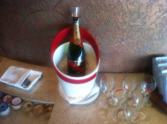 Pan Pacific Singapore: Mumm at breakfast