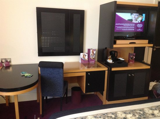 Crowne Plaza Hotel Dublin-Northwood: Desk and Mirror with TV