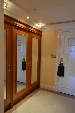 Park House Hotel: Entry hall to room with big closets