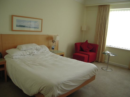 Hilton Dublin Airport: Steating area in standard double room