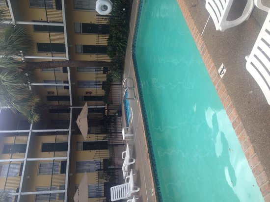 Quality Inn & Suites Maison St. Charles: Pool and rooms