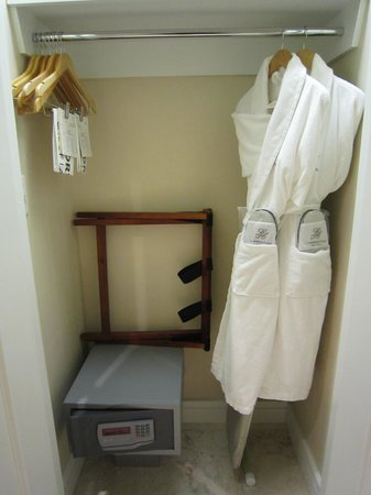 L'Hermitage Hotel: Safety Box, Bathrobe