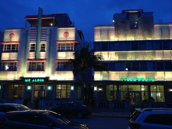 Hilton Grand Vacations Club at South Beach: Night view of the hotel