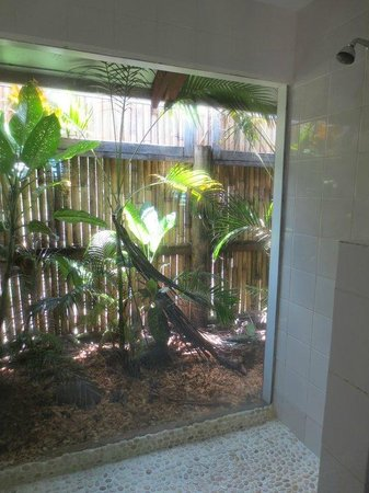 Wananavu Beach Resort: Shower with view of tropical plants