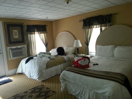Ocean Manor Hotel: Two double beds