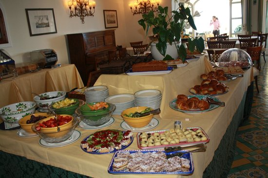 Hotel Buca di Bacco: Just a sample of the breakfast buffet! Fresh OJ is the best!