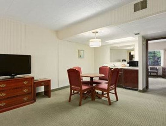 Days Inn & Suites Traverse City: Superior Two Queen Bed Room