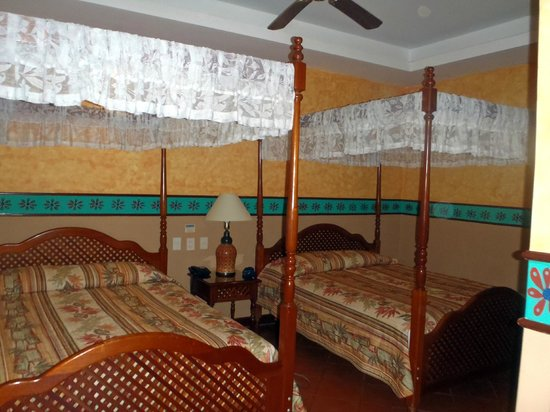 Hotel Colonial: Double Room, right beside the pool!