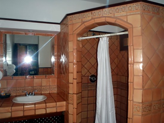 Hotel Colonial: Bathroom of a double room by the pool