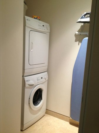 Santa Maria Suites: Laundry center in room next to kitchen