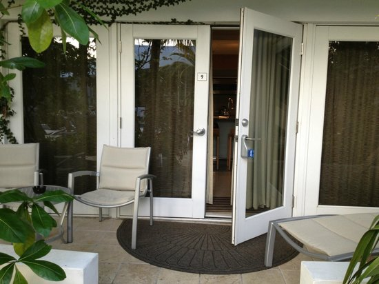 Santa Maria Suites: Entrance to suite off the pool area
