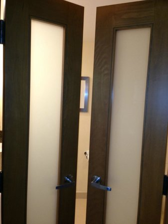 Sawgrass Marriott Golf Resort & Spa: French Doors to the Spacious Bathroom