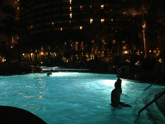 San Diego Marriott Marquis & Marina: Pool at night