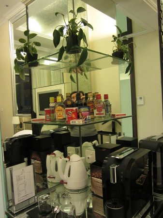 Regal Hongkong Hotel: Coffeemachine and bar area in the club room