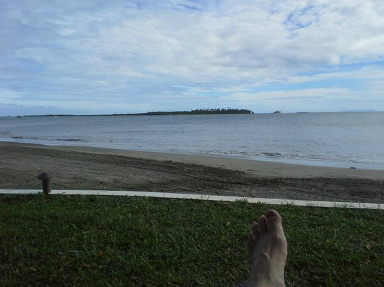 Sofitel Fiji Resort & Spa: cloudy water and brown sand