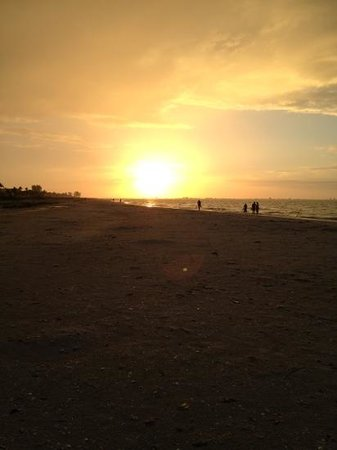 Sanibel Inn: sunrise from the beach