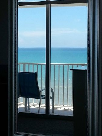 Radisson Suite Hotel Oceanfront: Reflection of view in mirror