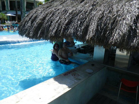 Couples Negril: traveling companions at the pool bar