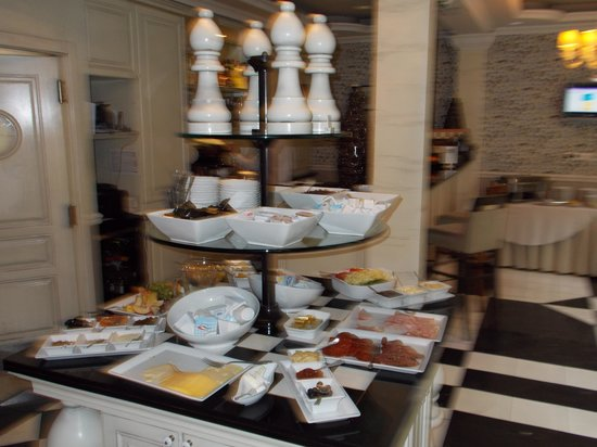 Queen's Court Hotel & Residence: Breakfast