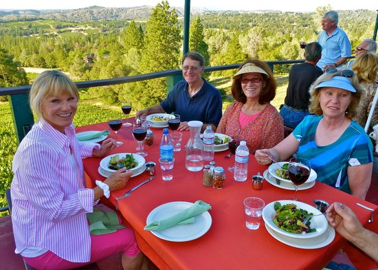 Fitzpatrick Winery and Lodge: Pizza night on the deck - stunning views!