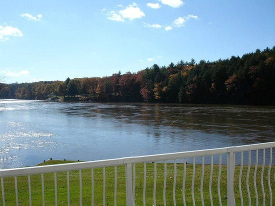 Riverside Hotel: View of Connecticut River from Veranda Balcony