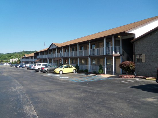 Red Roof Inn Huntington is a cheap, smoke free and pet friendly hotel with free Wi-Fi and free parking, located by Camden Park and Marshall University.