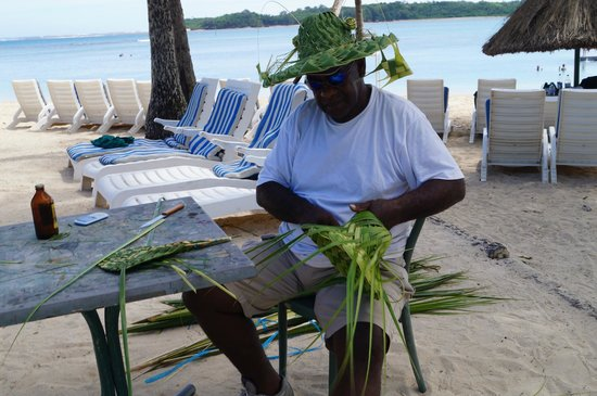 Shangri-La's Fijian Resort & Spa: Local man making hats etc from coconut leaves