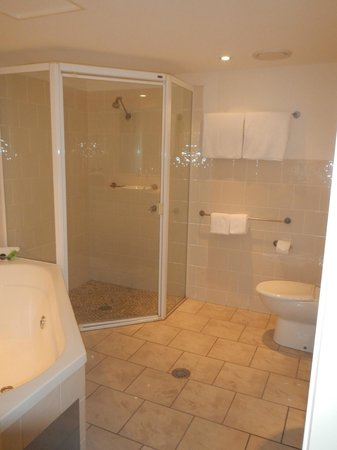 Riverside Holiday Apartments: BATHROOM