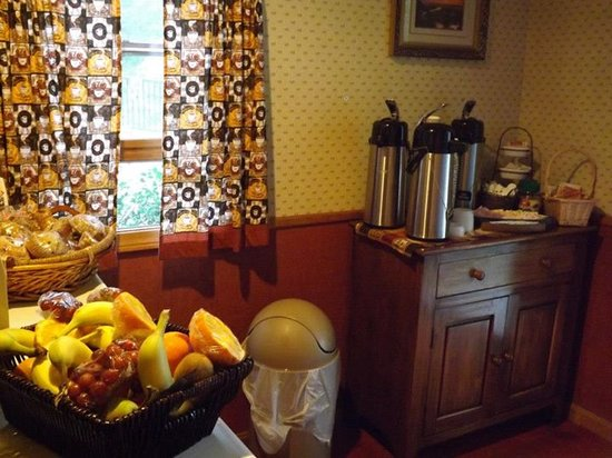 Holderness, NH: Our light continental breakfast nook