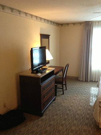 Embassy Suites Orlando Downtown: Bedroom